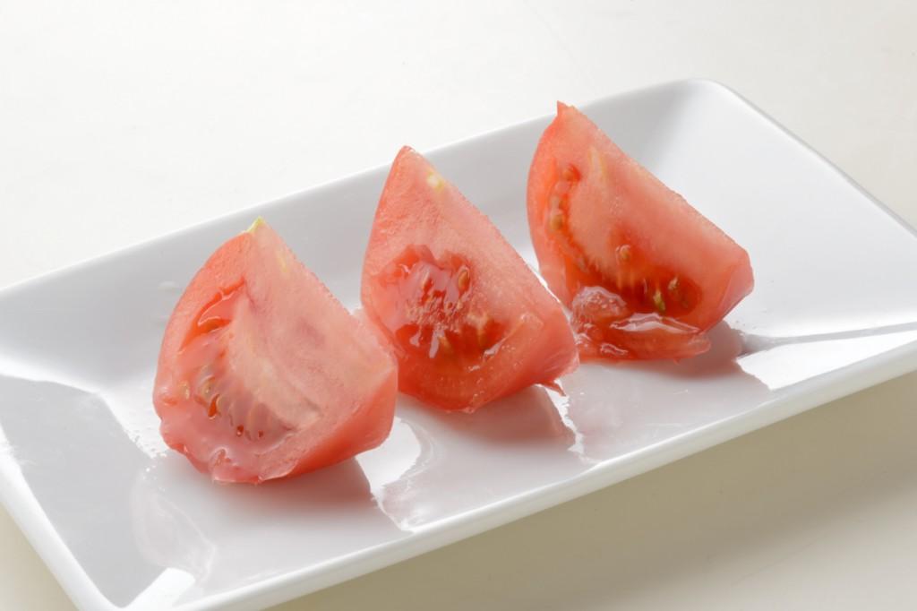 【トマト】54,000回使用後の包丁で刺身を切った場合(旨味が流れている) 画像素材提供:貝印株式会社
