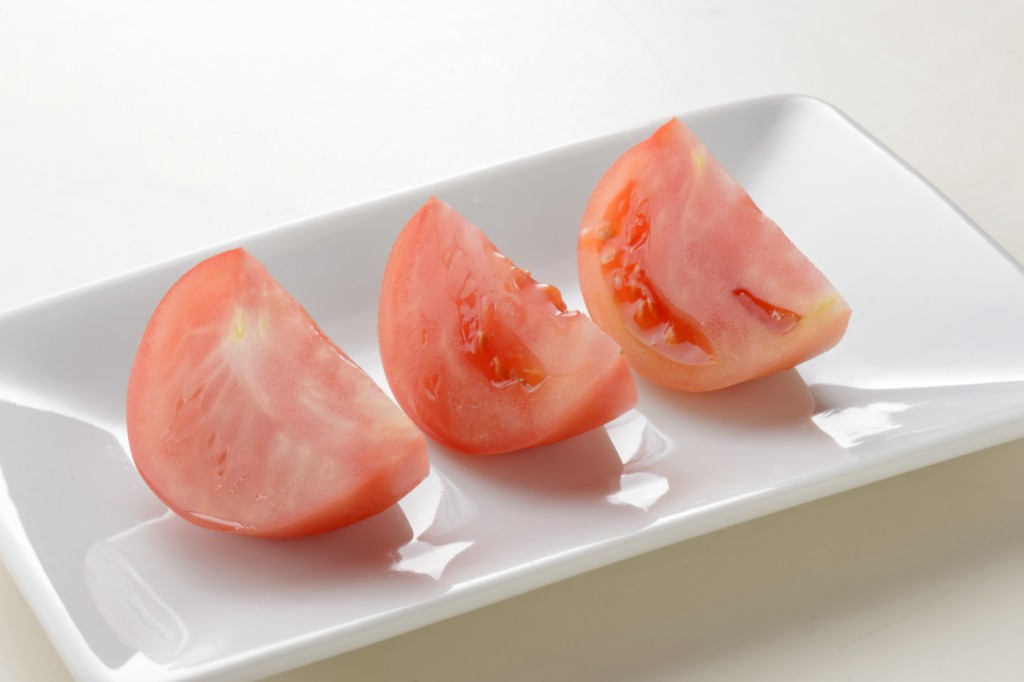 【トマト】新品の包丁で切った場合(切断面が鋭い) 画像素材提供:貝印株式会社
